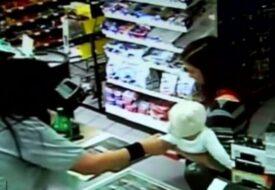 Damen i kassan RIVER plötsligt barnet ur hennes armar. Sekunder senare hände det ofattbara!