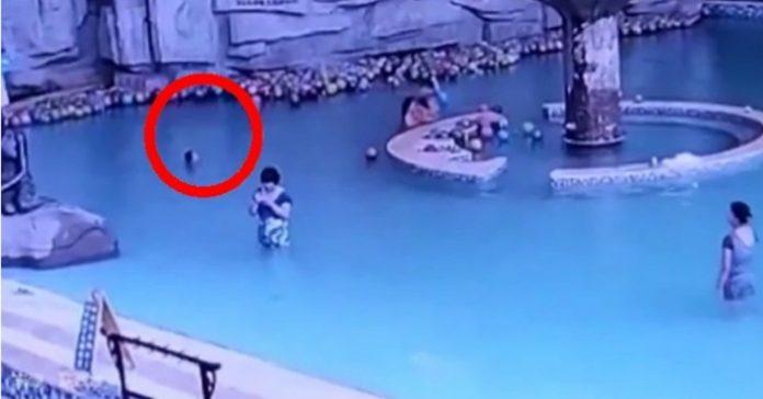 Fyraåringen kämpar för livet i poolen! Men se vad hans mamma gör bara några meter bort!