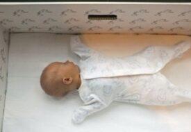 De lägger de nyfödda barnen i pappkartonger! Anledningen är helt OTROLIG!