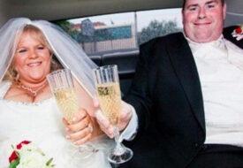 När bröllopsbilderna kommer, får mannen panik. Han vill inte att hans fru ser dem!