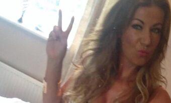 Kvinnan tog en selfie i sovrummet – chefen gav henne sparken direkt när han såg DETTA!