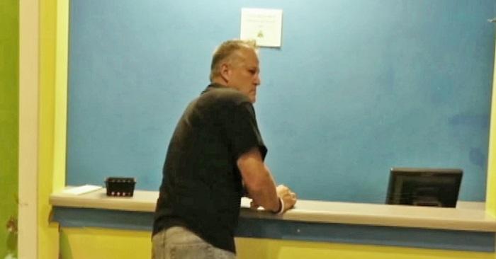 Pappan dyker upp på skolan efter att dottern misskött sig! Då ser läraren vad han har på sig…