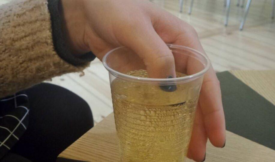 Hon sätter fingret i sin drink. Men när nagellacken ändrar färg, ringer hon polisen!