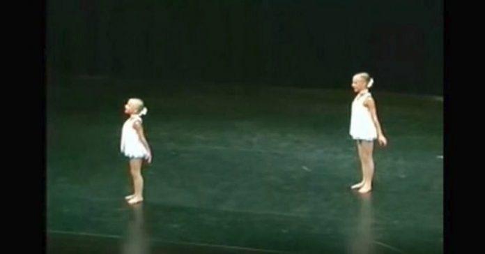 2 systrar står stilla på scenen: Nästa sekund håller hela publiken andan!